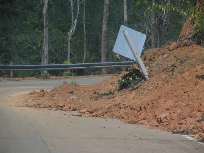 Här och där fick man köra runt grushögar som rasat ner på vägen.
